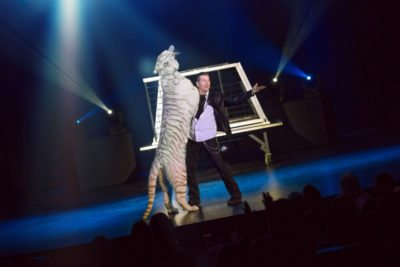 Greg-Frewin-Show-Niagara-Falls-3-girls-White-tiger-blue-box_170-Fixation-only